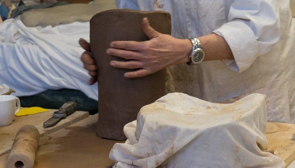image d'une élève réalisant une poterie